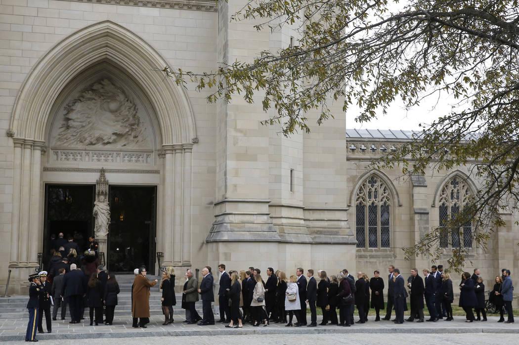 Los afligidos se forman en la Catedral Nacional de Washington antes del funeral del estado para el ex presidente George H.W. Bush en Washington, miércoles 5 de diciembre de 2018. (Foto AP / Patri ...