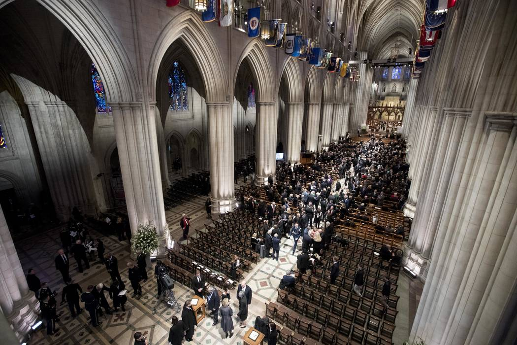 La gente llega para un funeral de estado para el ex presidente George H.W. Bush en la Catedral Nacional, miércoles 5 de diciembre de 2018, en Washington. (Foto AP / Andrew Harnik, Piscina)