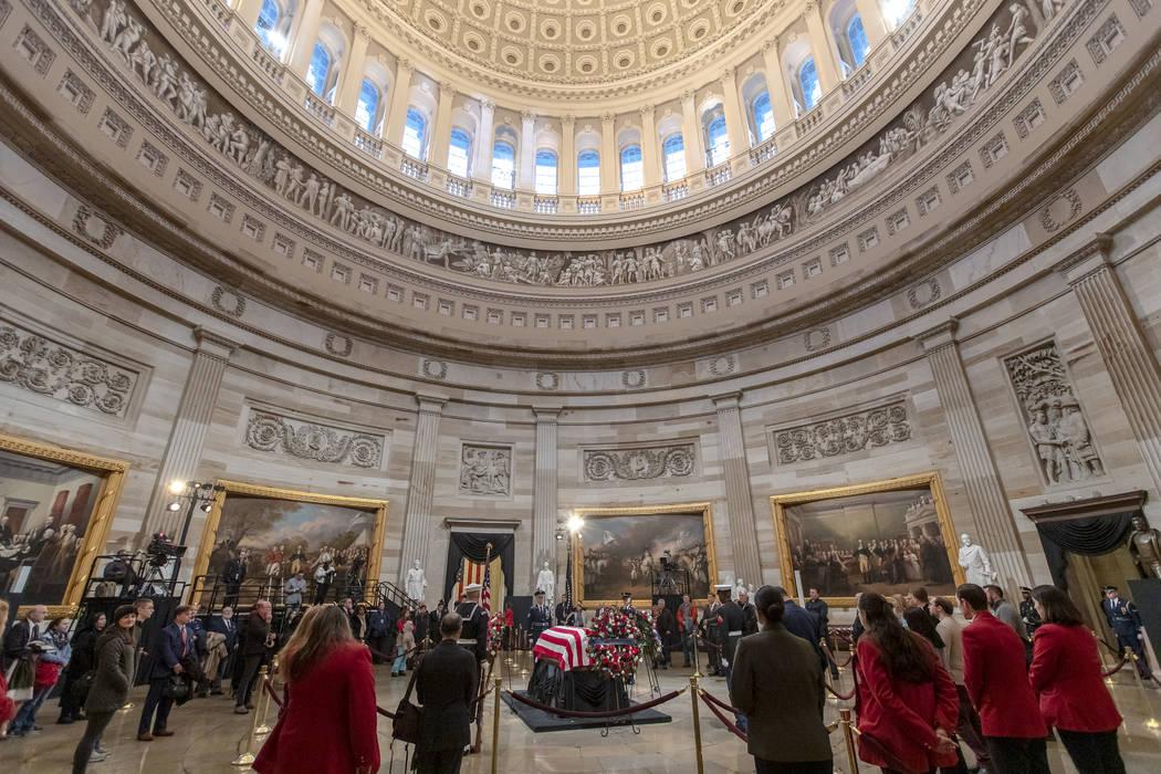 Los últimos visitantes presentan sus respetos al fallecido presidente, George H.W. Bush, mientras la audiencia pública llega a su fin en la Rotonda del Capitolio de los EE.UU., El miércoles 5 d ...