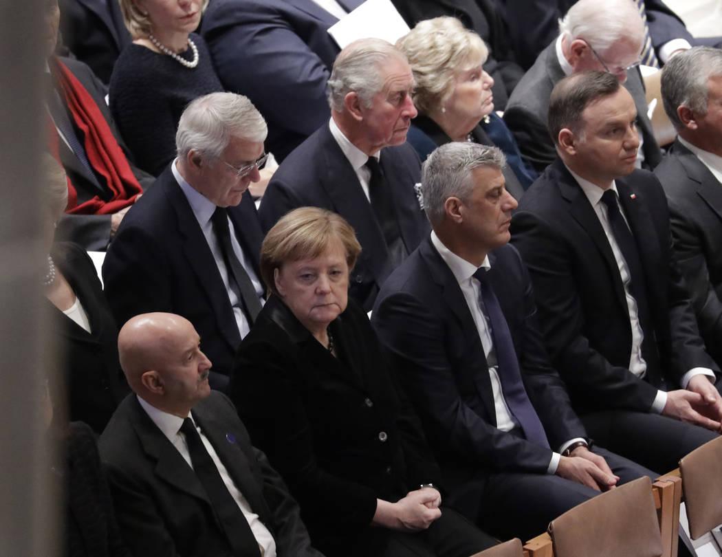 El príncipe Charles de Gran Bretaña, segundo desde la izquierda, fila de atrás, y la canciller alemana, Ángela Merkel, segunda desde la izquierda, fila de abajo, se muestran sentados durante u ...