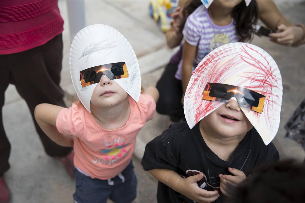 Amilya Durnen, 3, izquierda, y Joseph Hernández-Bernabei, 3, ven el eclipse solar en la guardería Keeping Youth Educated en Las Vegas, el lunes 21 de agosto de 2017. Erik Verduzco Las Vegas Revi ...