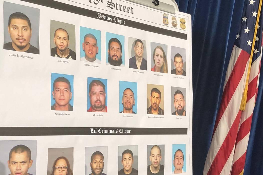 La unidad de pandillas del Departamento de Policía Metropolitana de Las Vegas y el Fiscal de Distrito, Steve Wolfson, están anunciando los arrestos de más de dos docenas de pandilleros el miér ...
