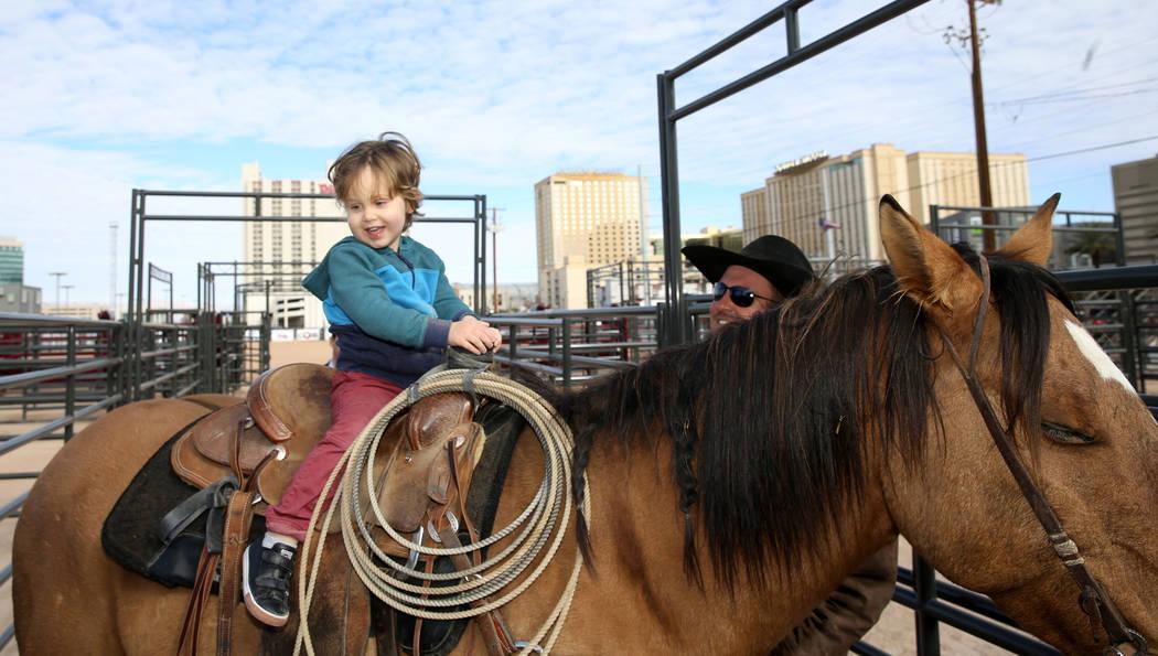 Noah Jossel, hijo del CEO de la Plaza, Jonathan Jossel, monta un caballo después de la apertura de Core Arena en la Plaza en el centro de Las Vegas el martes 4 de diciembre de 2018. El centro ecu ...