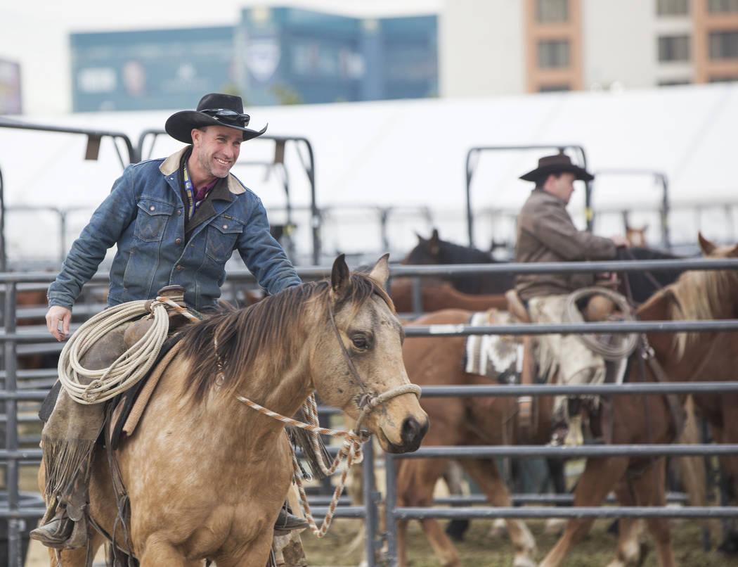 Clint Potts, a la izquierda, desde Sand Springs, Mont., monta un caballo el martes 4 de diciembre de 2018, en el campo intramural de la UNLV, en Las Vegas. Benjamin Hager Las Vegas Review-Journal