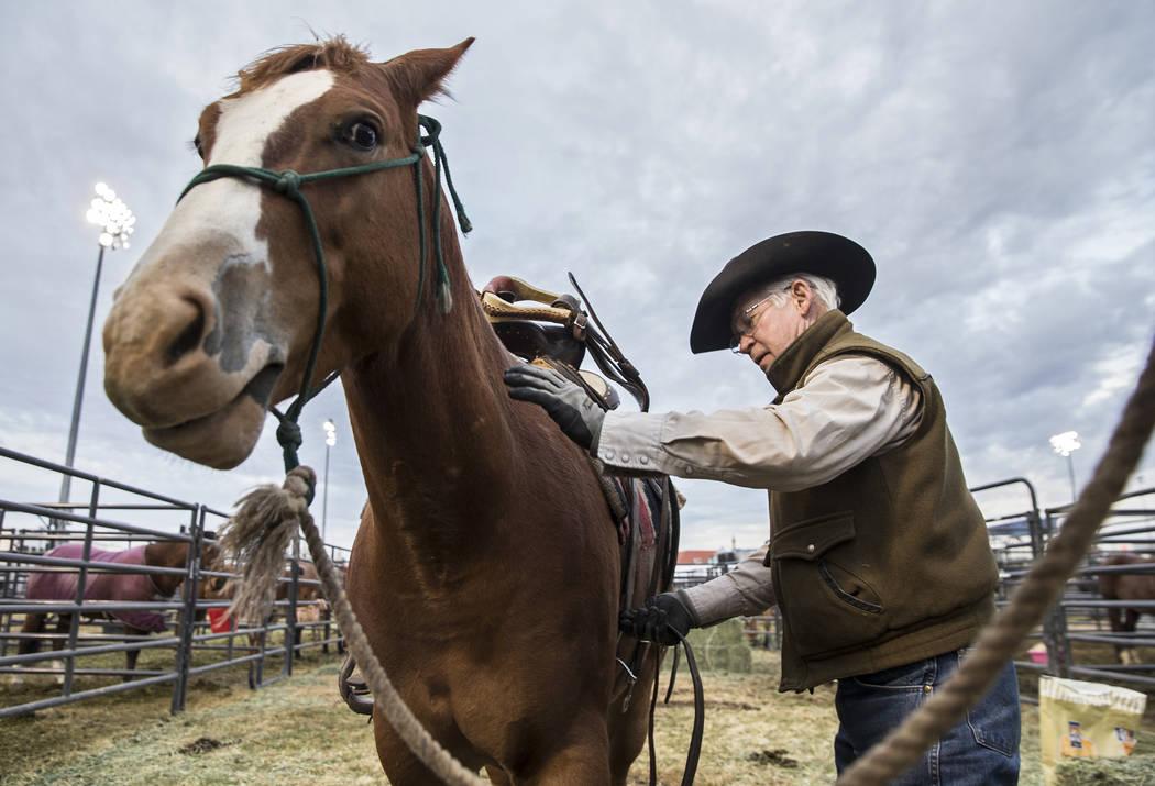 Bobby Berger, nativo del sur de Texas, prepara caballos el martes 4 de diciembre de 2018, en el campo intramural de la UNLV, en Las Vegas. Benjamin Hager Las Vegas Review-Journal