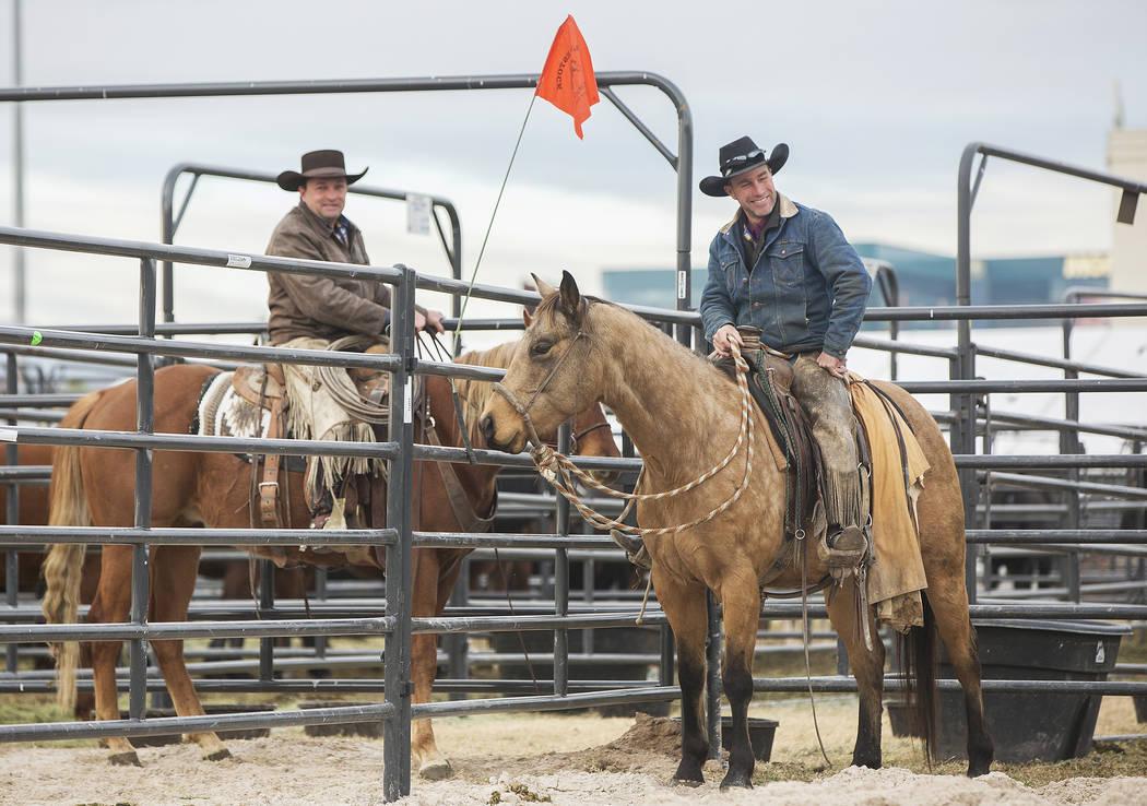 Clint Potts, a la derecha, de Sand Springs, Mont. y Chris Dutton, de Grass Range, Mont., montan a caballo el martes 4 de diciembre de 2018, en el UNLV Intramural Field, en Las Vegas. Benjamin Hage ...