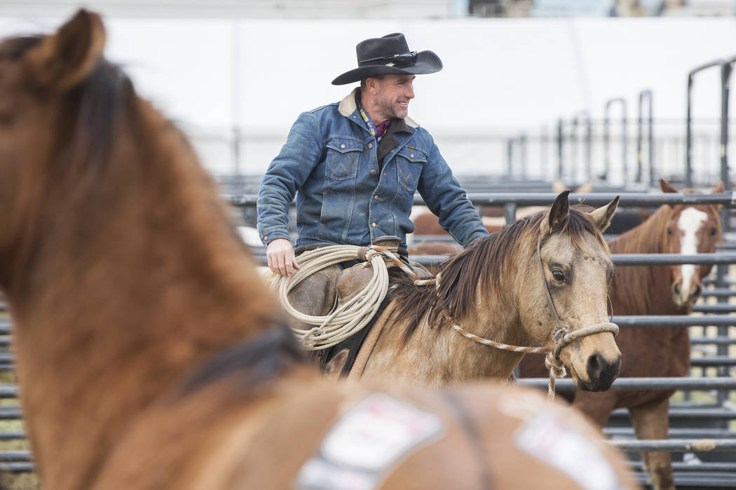 Clint Potts, de Sand Springs, Mont., monta caballos el martes 4 de diciembre de 2018, en el campo intramural de la UNLV, en Las Vegas. Benjamin Hager Las Vegas Review-Journal