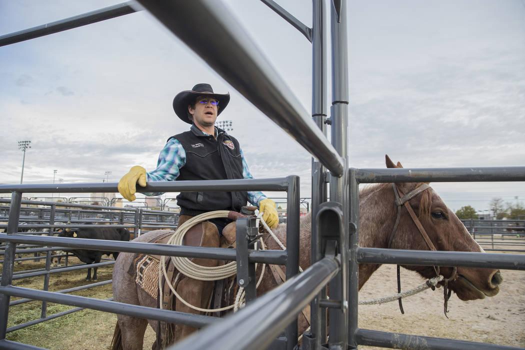 Luke Hutchison, de Belgrado, Mont., ejercita a toros el martes 4 de diciembre de 2018, en el campo intramural de la UNLV, en Las Vegas. Benjamin Hager Las Vegas Review-Journal