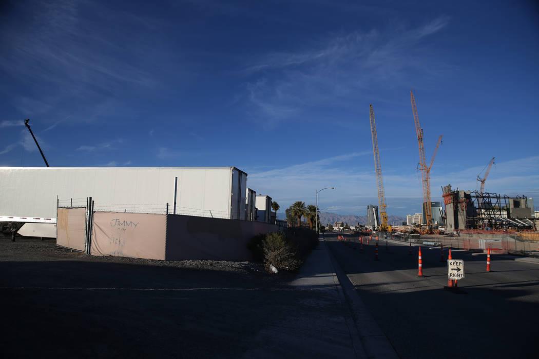 La vista desde el lote en 5575 Polaris Ave., y al otro lado de la calle desde el futuro sitio del estadio Raiders, se vendió recientemente por $6.5 millones, en Las Vegas, el martes 4 de diciembr ...