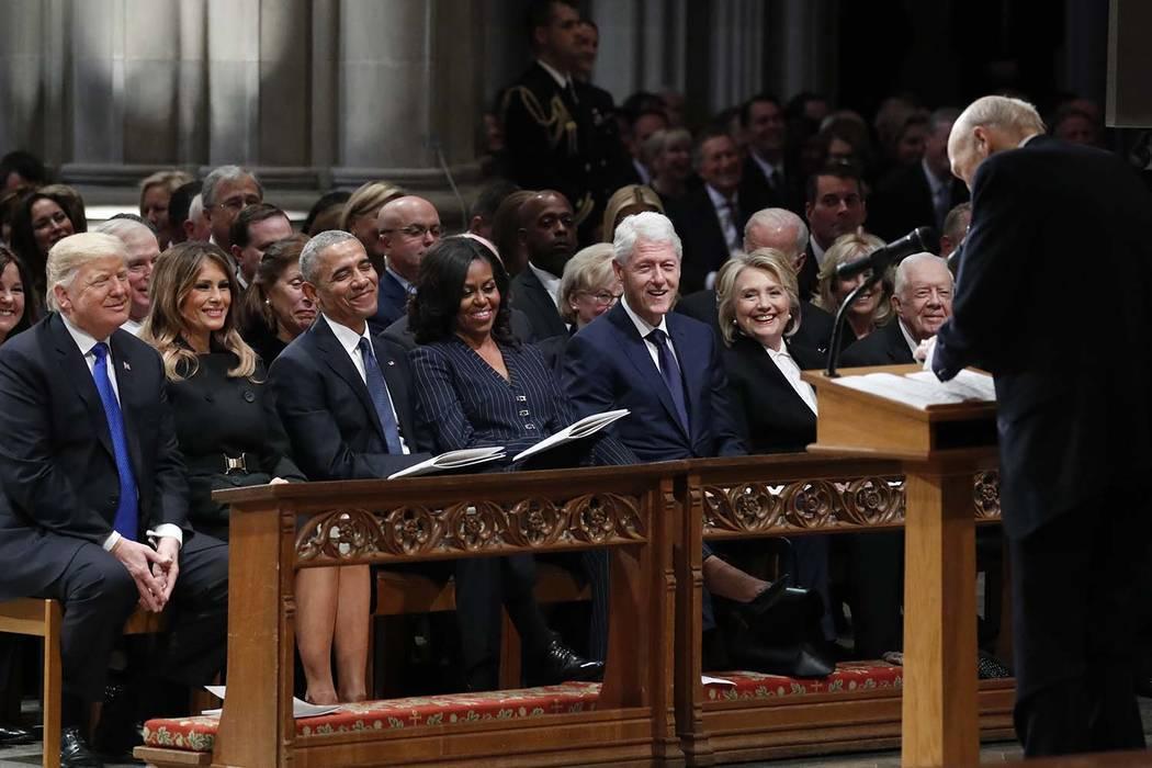 De izquierda a derecha, el presidente Donald Trump, la primera dama Melania Trump, el ex-presidente Barack Obama, Michelle Obama, el ex-presidente Bill Clinton, la ex-secretaria de Estado Hillary ...