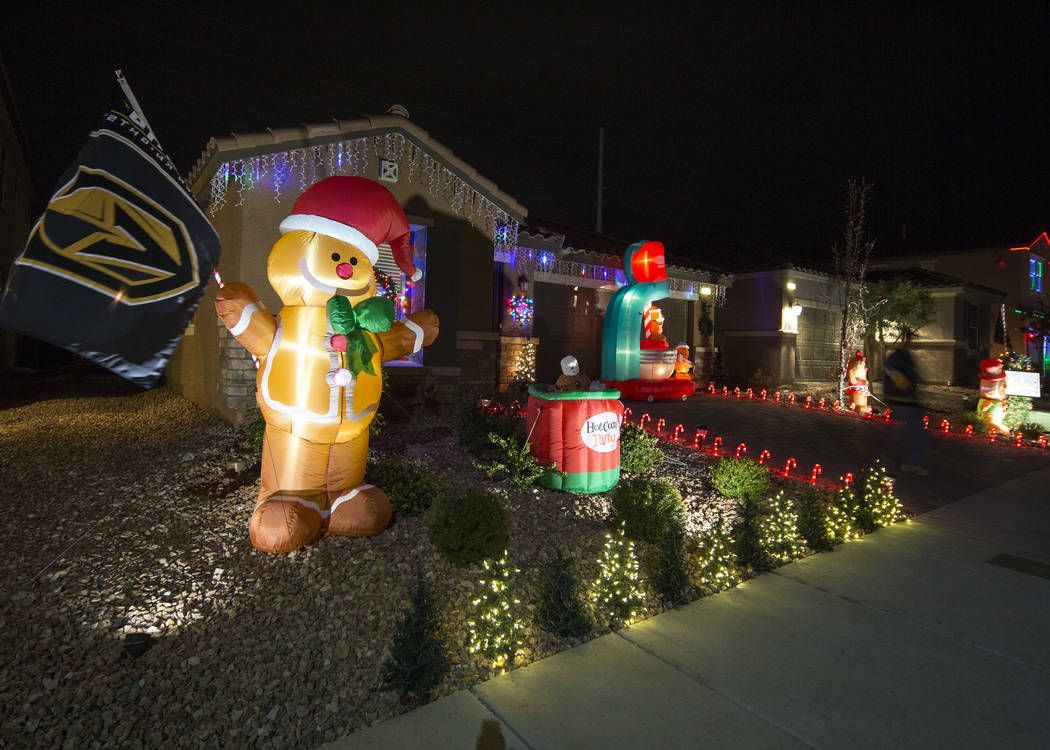 La casa de Becky y GG Misa se ve decorada con una pantalla de luz navideña que está sincronizada con la música de entrada para los Golden Knights ubicada en 730 Bollons Island St. en Henderson ...