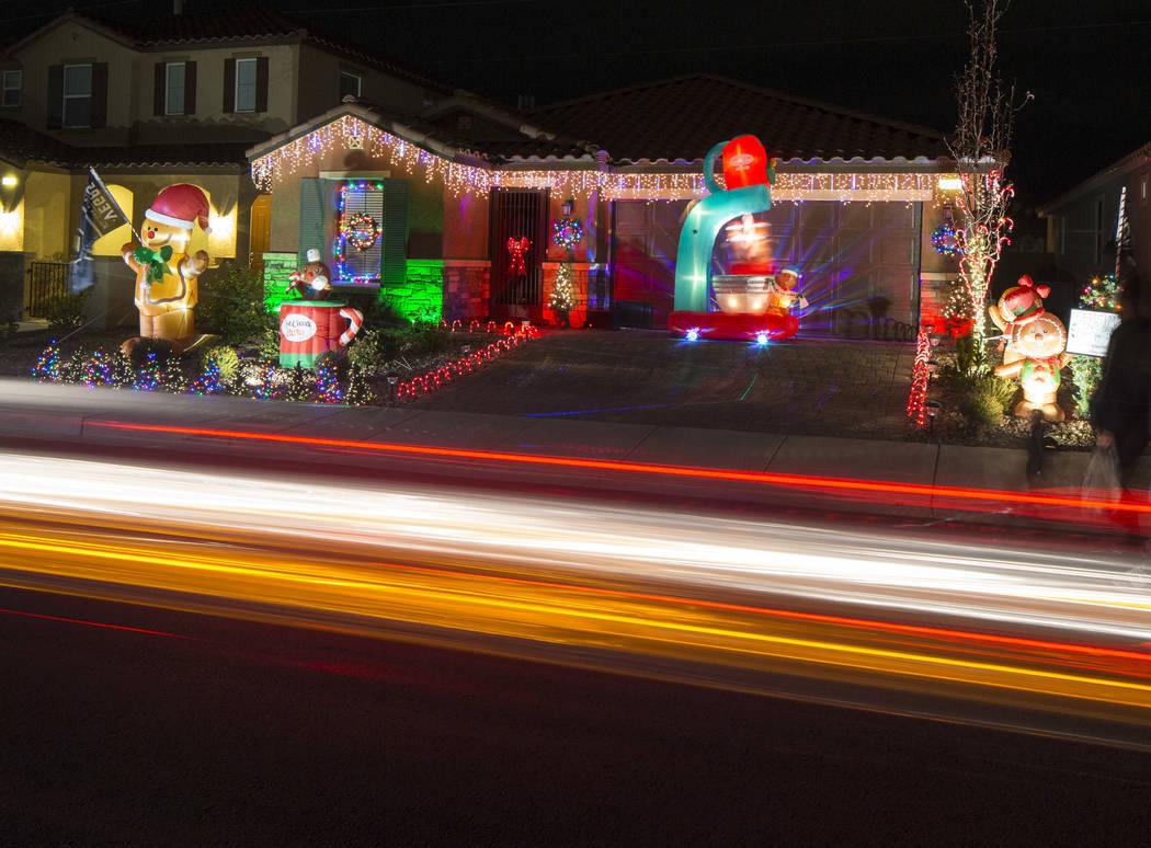 Un automóvil pasa por la casa de Becky y GG Misa decorada con una exhibición de luces navideñas que está sincronizada con la música de entrada de los Golden Knights ubicada en 730 Bollons Isl ...