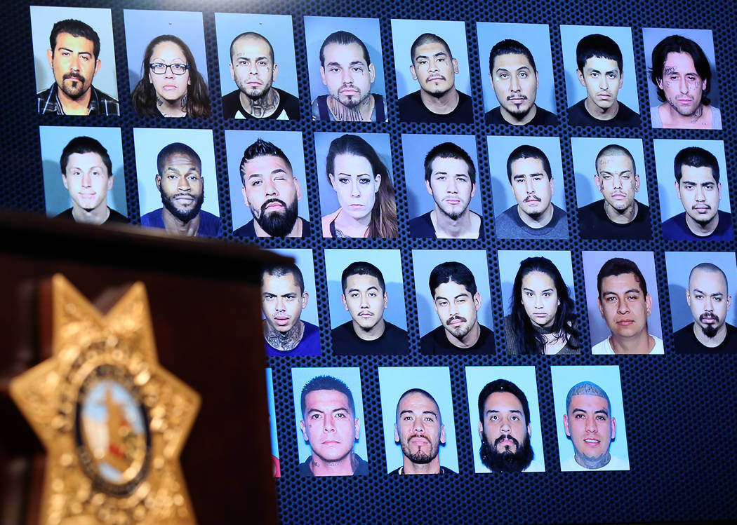 Las fotos de los miembros de pandillas y los nombres de sus grupos criminales se muestran el miércoles 5 de diciembre de 2018 en la sede del Departamento de la Policía Metropolitana de Las Vegas ...