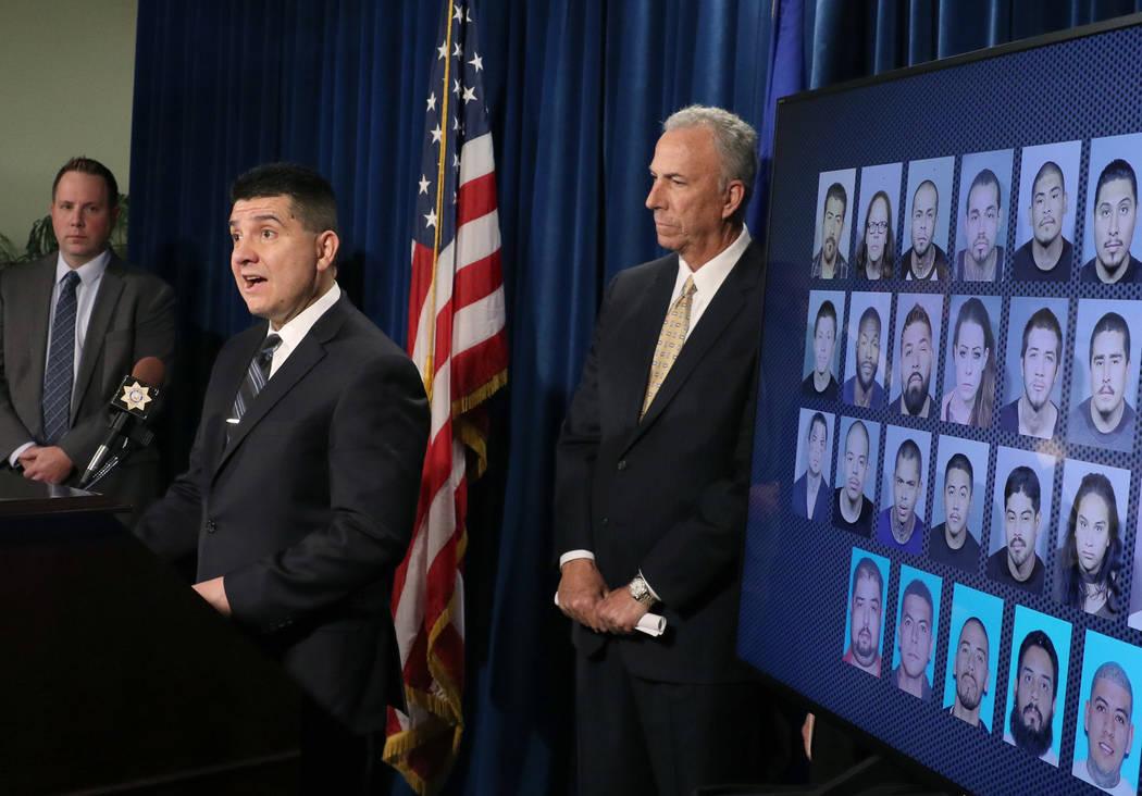 El capitán del Departamento de Policía Metropolitana, John Leon, habla el miércoles 5 de diciembre de 2018 mientras la teniente Reggie Rader, izquierda, y el fiscal de distrito, Steve Wolfson, ...
