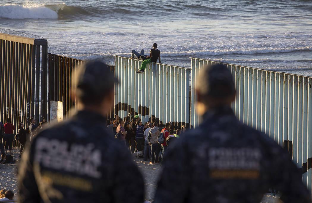 Archivo. Tijuana, Baja California 14 Nov 2018 (Notimex-Eduardo Jaramillo).- Integrantes de la Caravana Migrante continúan apostados en Playas de Tijuana, a escasos metros del muro fronterizo entr ...