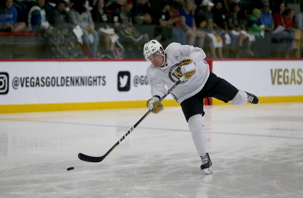 El defensor Reid Duke de los Golden Knights de Vegas dispara durante el primer día del campamento de desarrollo en el City National Arena en Las Vegas el martes 26 de junio de 2018. K.M. Cannon L ...