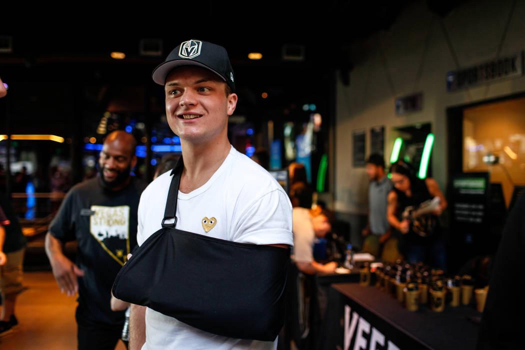 Reid Duke de los Golden Knights de Vegas asiste a una fiesta para el partido de apertura de la temporada de los Golden Knights de Las Vegas contra los Dallas Stars en Topgolf en Las Vegas, el vier ...