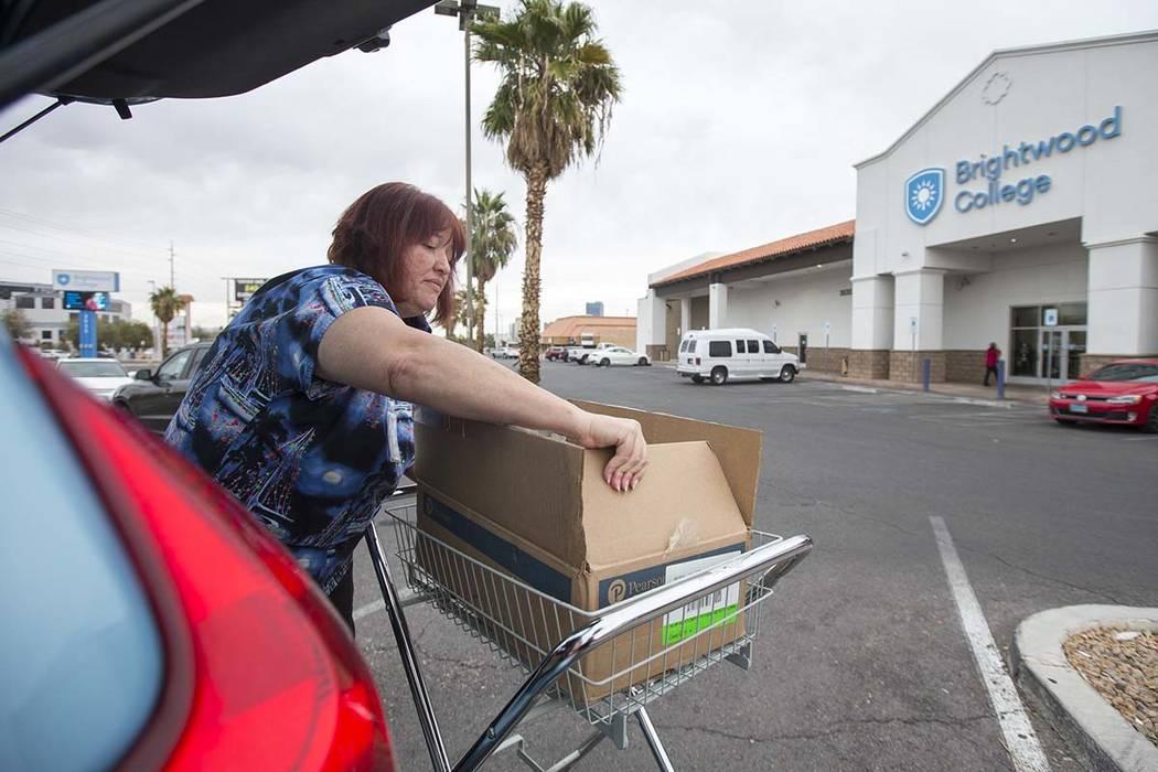 Teresa Summerlin, una instructora asistente médica certificada de Brightwood College, empaca sus pertenencias en el estacionamiento de Brightwood College ubicado en 3535 W. Sahara Ave. en Las Veg ...