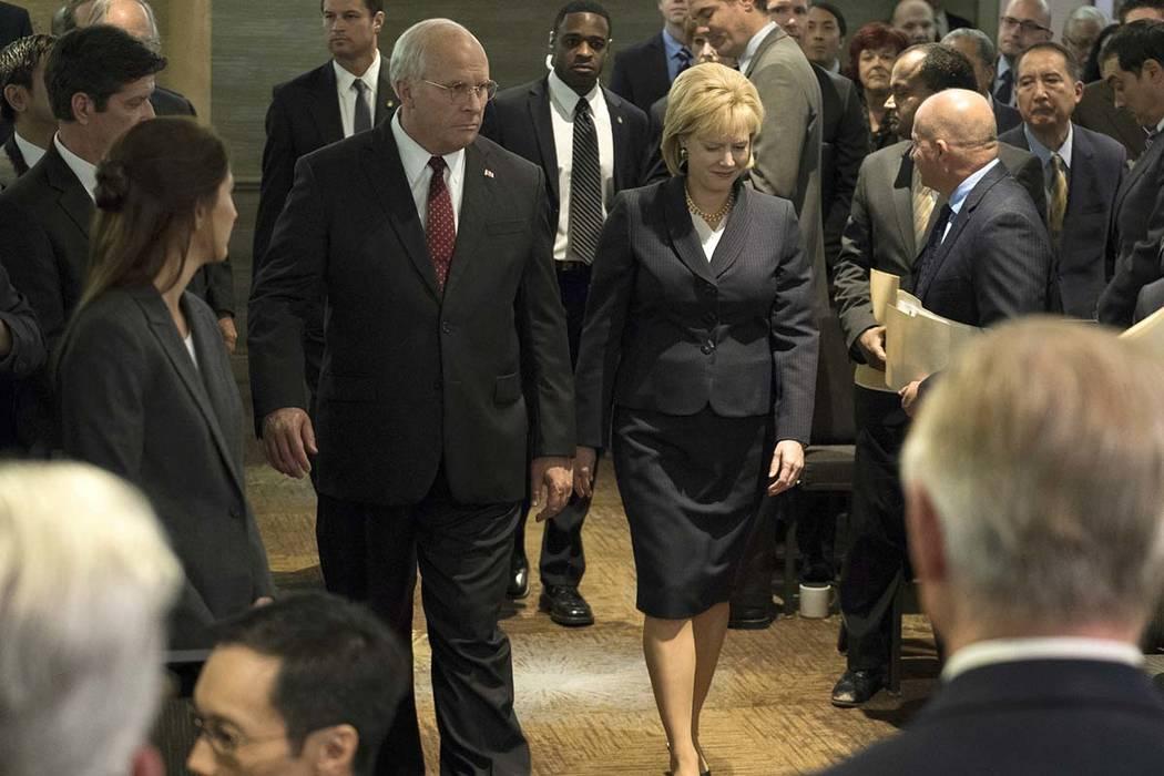 """Christian Bale como Dick Cheney, a la izquierda, y Amy Adams como Lynne Cheney en una escena de """"Vice"""". El jueves 6 de diciembre de 2018, la película fue nominada a los seis mejores premios del G ..."""