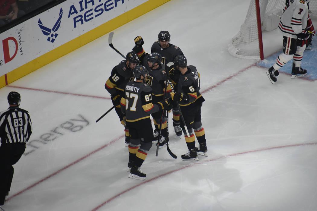Los Golden Knights celebran la primera anotación contra Chicago Blackhawks en un juego de la NHL disputado en el T-Mobile Arena, el jueves 6 de diciembre de 2018. Foto Anthony Avellaneda / El Tiempo.