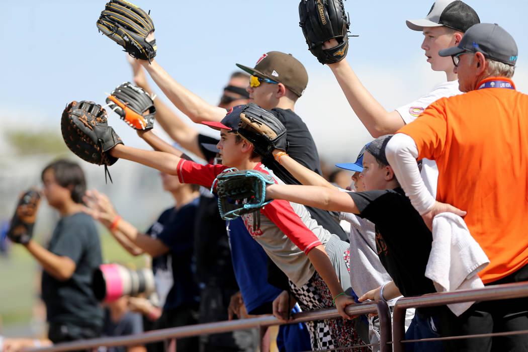 Fans de los 51s buscan atrapar una pelota durante el juego final en Cashman Field en Las Vegas el lunes 3 de septiembre de 2018. El equipo se mudará a un nuevo estadio en Summerlin la próxima te ...