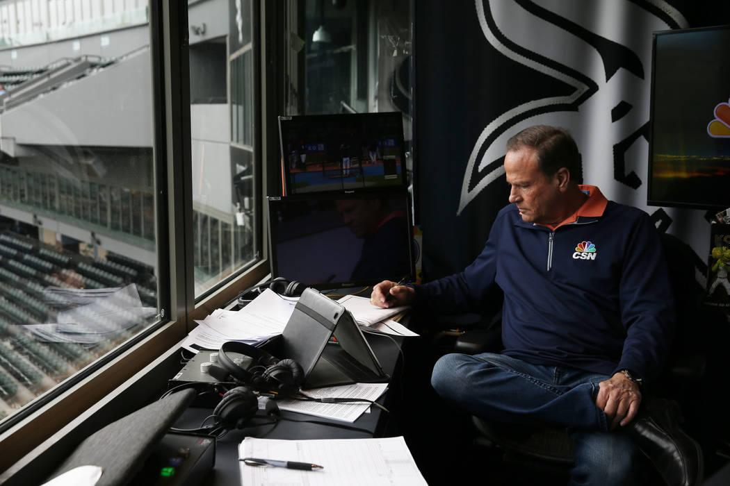 Steve Stone, locutor de los White Sox de Chicago, escribe notas en preparación para un juego en Guaranteed Rate Field el viernes 14 de julio de 2017 en Chicago.(John J. Kim/Chicago Tribune)