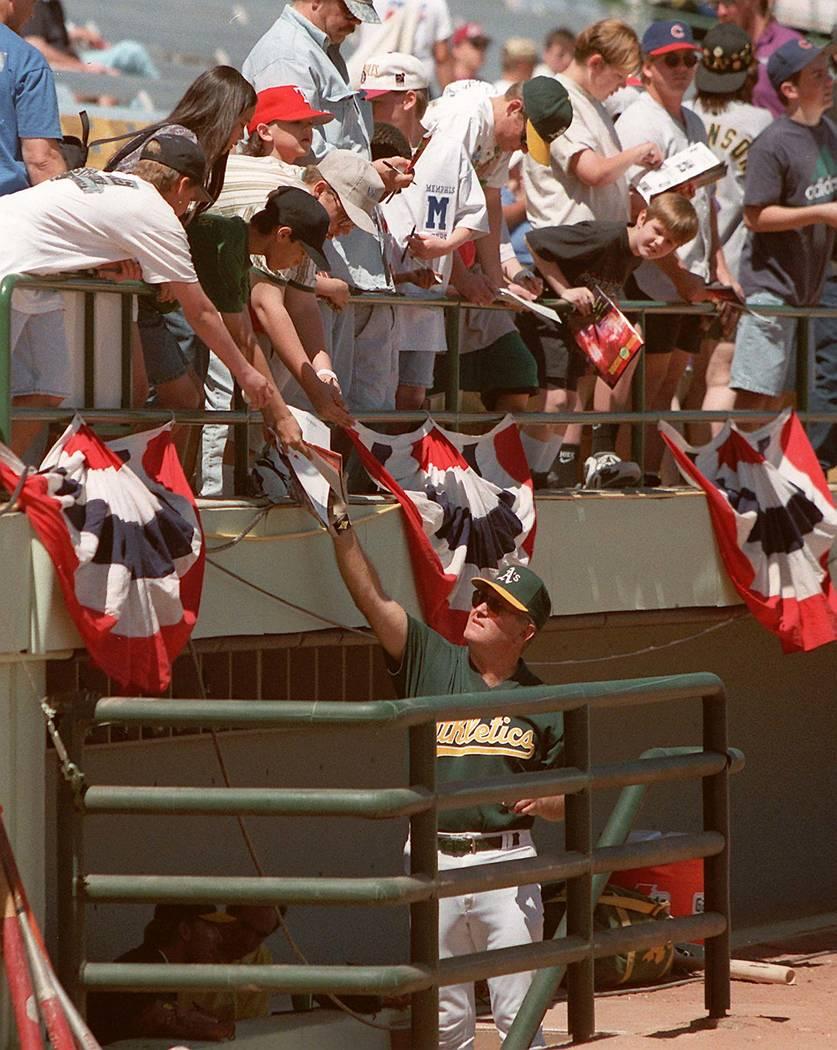 Fans piden autógrafos en Cashman Field en Las Vegas el 6 de abril de 1996. (Revisión-Revista)