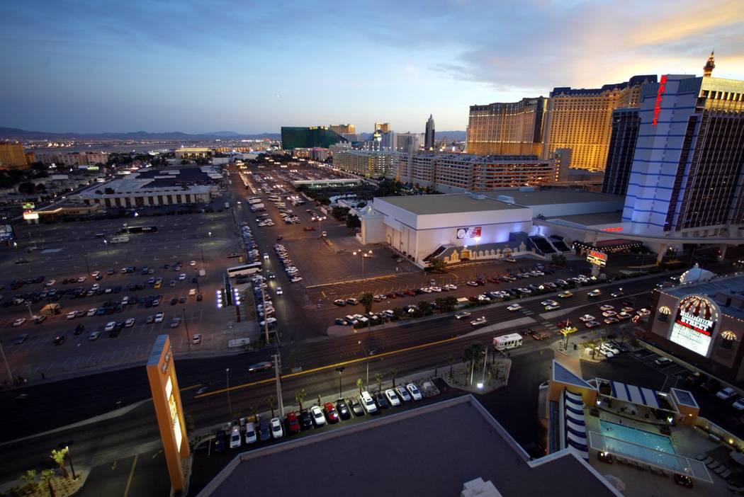 El área de estacionamiento detrás de Bally's y Paris Las Vegas, fotografiado el 20 de abril de 2004, fue el sitio de un estadio de béisbol de Grandes Ligas propuesto. (K.M. Cannon / Las Vegas R ...