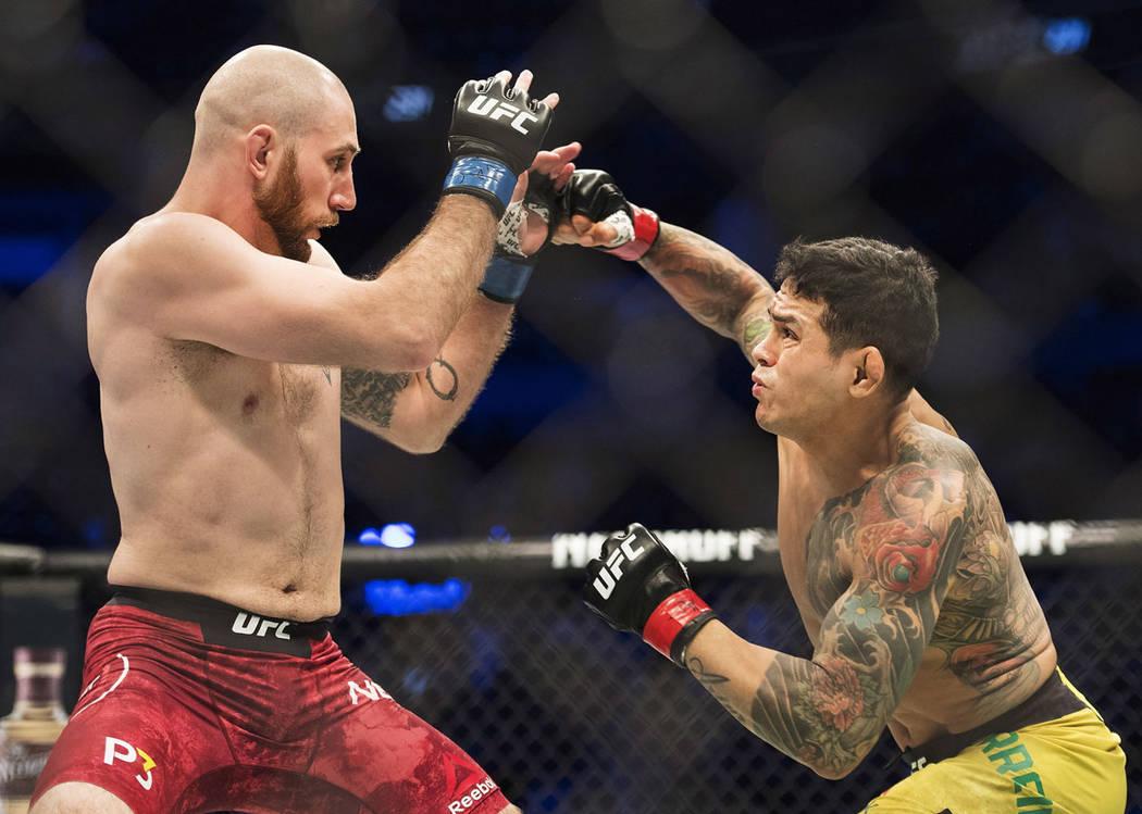 Diego Ferreira, derecha, pelea contra Kyle Nelson durante la cartelera preliminar de UFC 231 en Toronto, Canadá, el sábado 8 de diciembre de 2018. Foto Nathan Denette / The Canadian Press via AP.