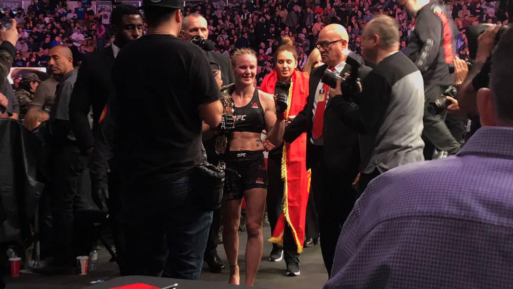 Valentina Shevchenko baja del octágono después de derrotar por decisión a Joanna Jedrzejczk, en la pelea co-estelar de UFC 231 en el Scotiabank Arena de Toronto, Ontario, Canadá. Foto Anthony ...