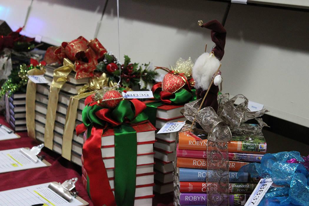 Desde hace 15 años se realiza la subasta de regalos para recolección de fondos. Viernes 7 de diciembre de 2018, en la biblioteca Paseo Verde. Foto Cristian De la Rosa / El Tiempo - Contribuidor.