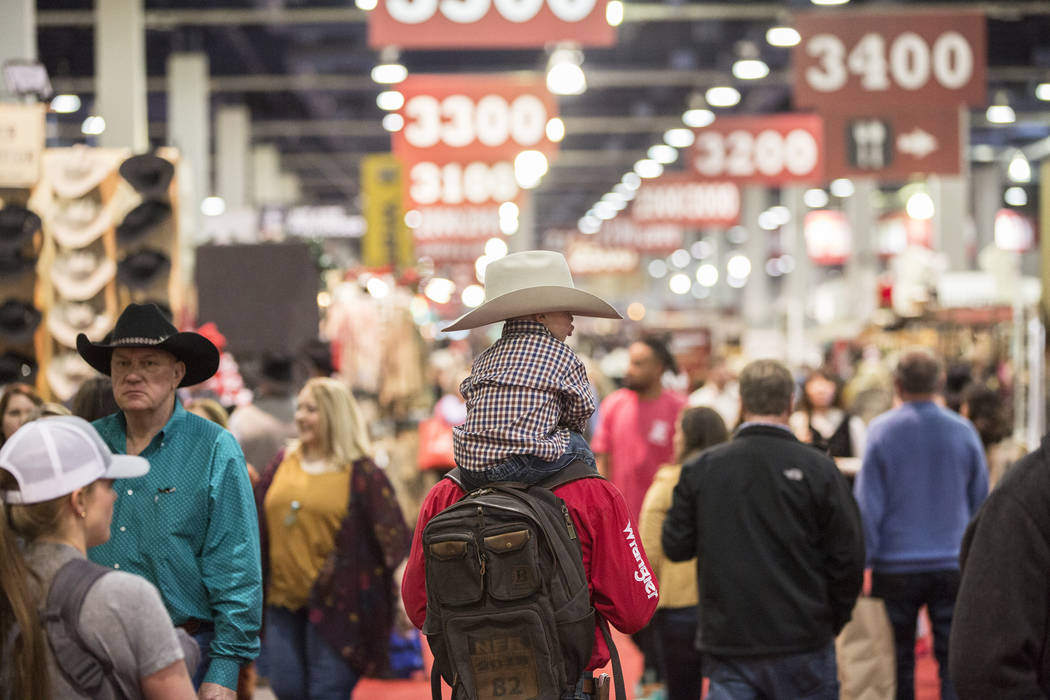 Los compradores recorren los South Halls durante el Cowboy Christmas en el Centro de Convenciones de Las Vegas el jueves 6 de diciembre de 2018, en Las Vegas. Benjamin Hager Las Vegas Review-Journal