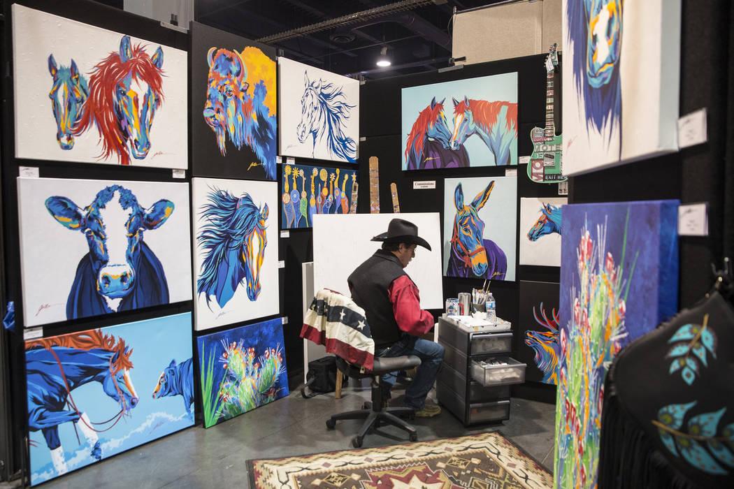 El artista Lyndon Gaither, de Dallas, Texas, se prepara para pintar en Contemporary Western Art en Cowboy Christmas en el Centro de Convenciones de Las Vegas el jueves 6 de diciembre de 2018, en L ...