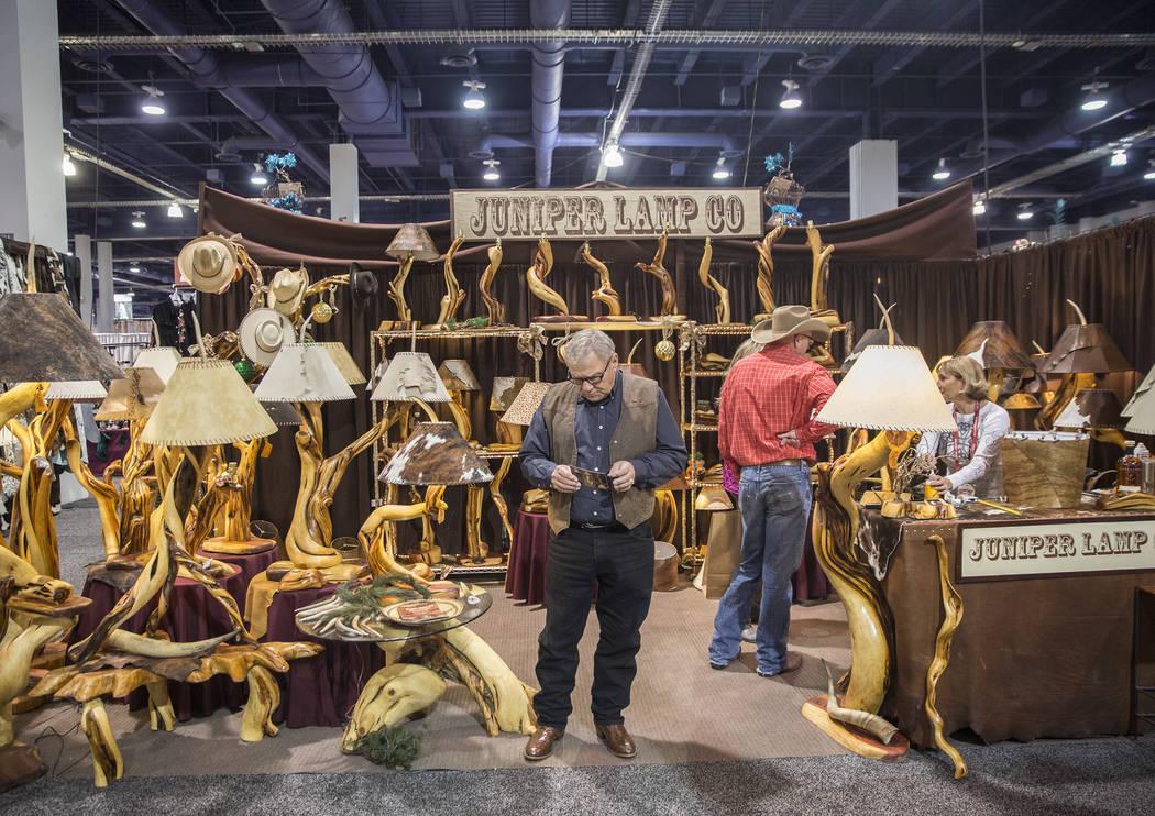 Los compradores exploran Juniper Lamp Co. en Cowboy Christmas en el Centro de Convenciones de Las Vegas el jueves 6 de diciembre de 2018, en Las Vegas. Benjamin Hager Las Vegas Review-Journal