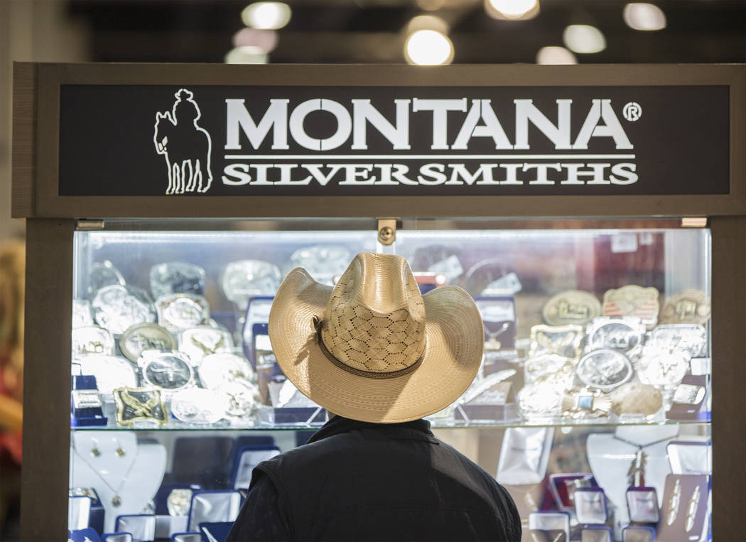 Un comprador mira los relojes de Montana Silversmiths en South Halls durante Cowboy Christmas en el Centro de Convenciones de Las Vegas el jueves 6 de diciembre de 2018, en Las Vegas. Benjamin Hag ...