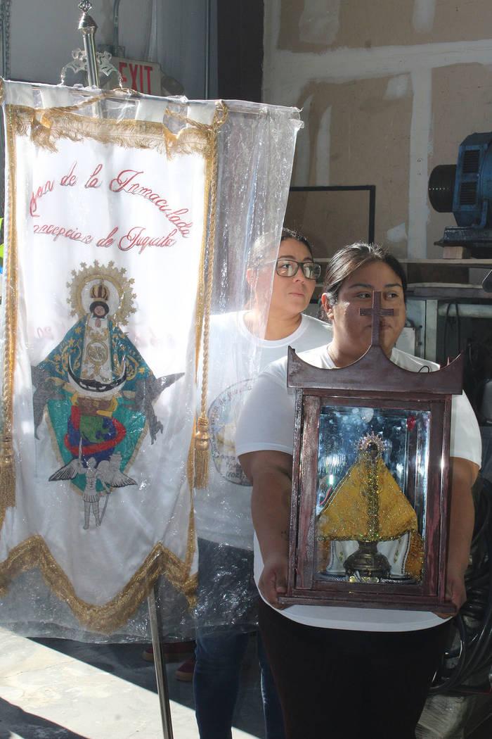 El sacerdote Rafael Pereira sabe que por la fe la comunidad hispana se mantiene unida. Sábado 8 de diciembre del 2018 en Steptoe St. Foto Cristian De la Rosa / El Tiempo - Contribuidor.