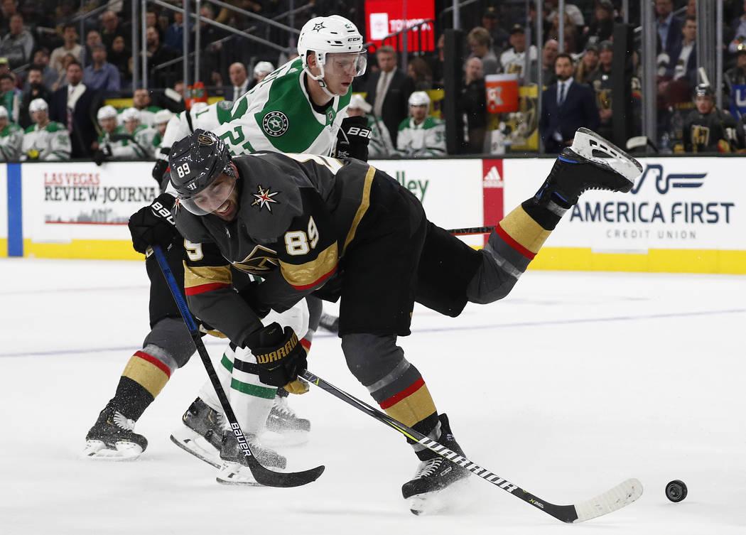 El alero derecho de los Golden Knights de Las Vegas, Alex Tuch (89) compite por el disco con el defensa de los Dallas Stars, Esa Lindell (23) durante el segundo período de un juego de hockey de l ...