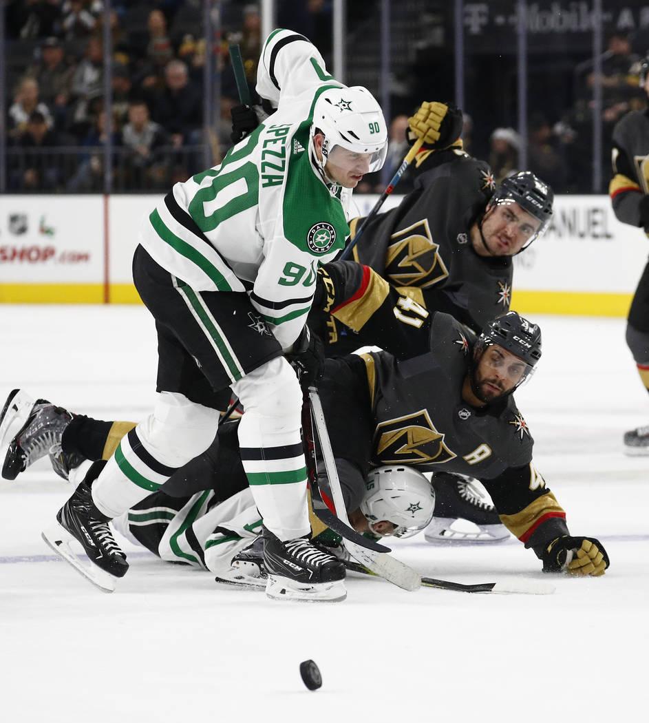 Jason Spezza (90), centro de los Dallas Stars, derriba al centro Pierre-Edouard Bellemare de Vegas Golden Knights (41) durante el segundo período de un juego de hockey de la NHL el domingo 9 de d ...