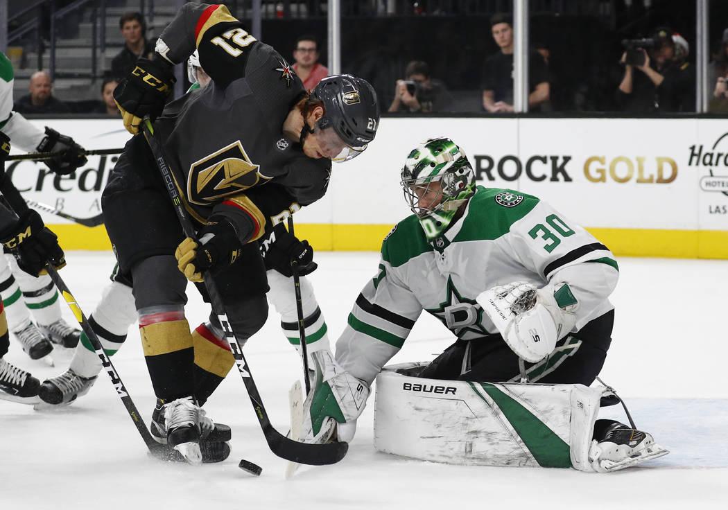 El portero de los Dallas Stars, Ben Bishop (30) bloquea un tiro del centro Cody Eakin (21) de Vegas Golden Knights durante el segundo período de un juego de hockey de la NHL el domingo 9 de dicie ...