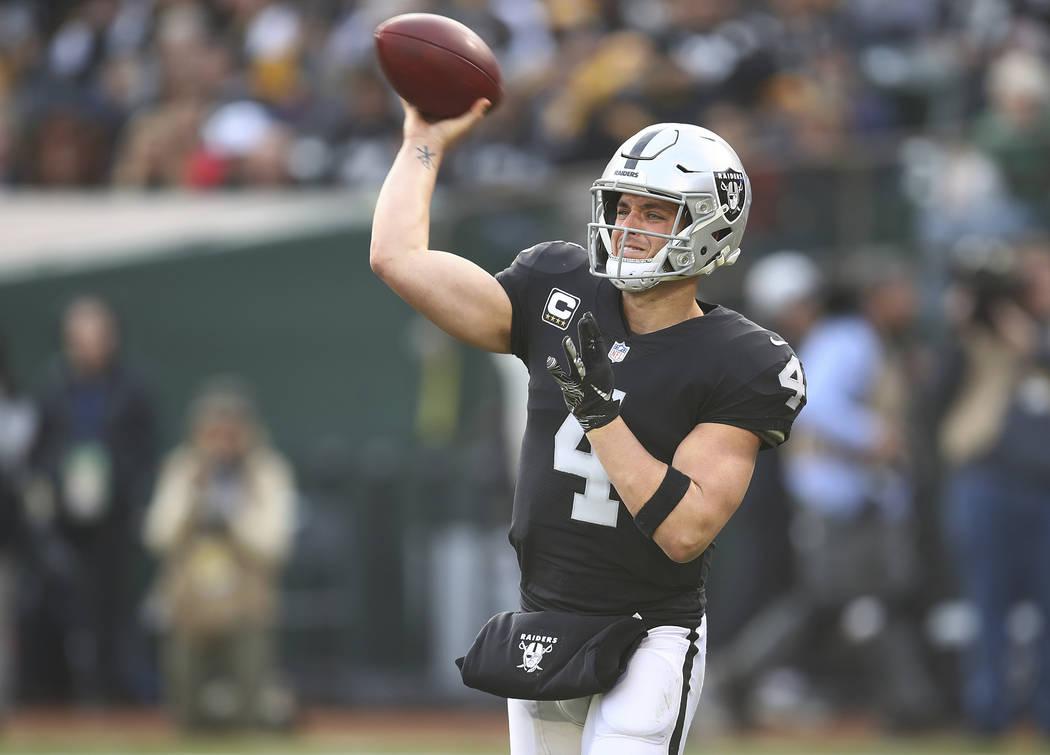El mariscal de campo de los Oakland Raiders, Derek Carr (4), pasa ante los Pittsburgh Steelers durante la segunda mitad de un partido de fútbol de la NFL en Oakland, California, el domingo 9 de d ...