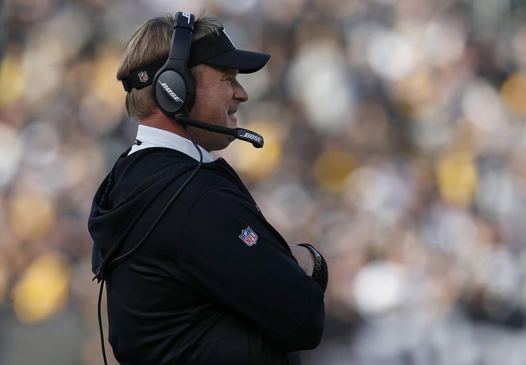 El entrenador en jefe de los Raiders de Oakland, Jon Gruden, mira durante la primera mitad de un partido de fútbol de la NFL entre los Raiders y los Pittsburgh Steelers en Oakland, California, el ...