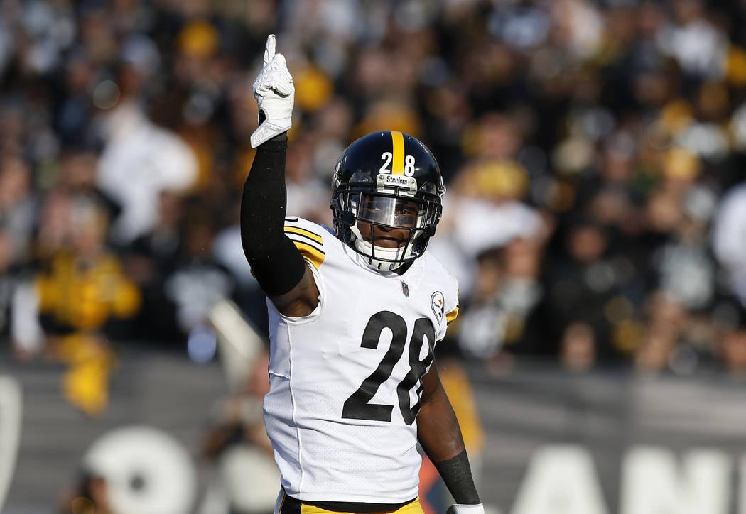El esquinero de los Pittsburgh Steelers, Mike Hilton (28), gesticula durante la primera mitad de un partido de fútbol de la NFL contra los Raiders de Oakland en Oakland, California, el domingo 9 ...