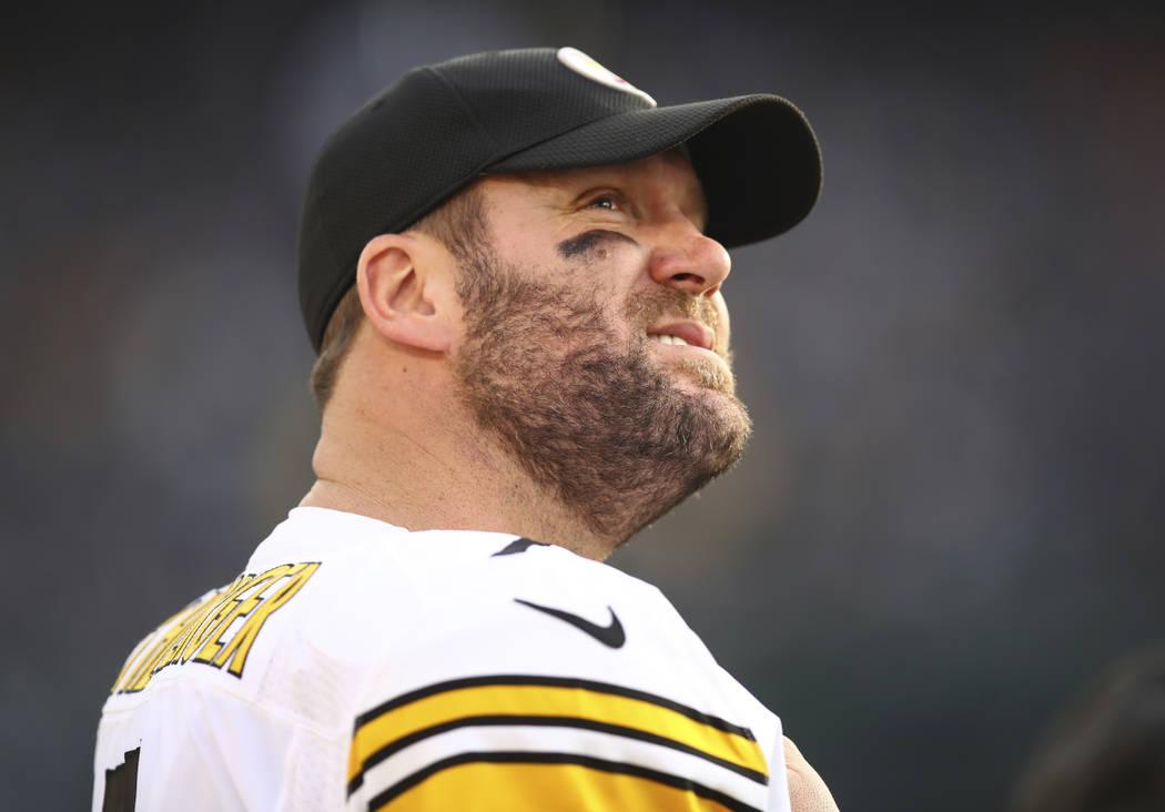 El mariscal de campo de los Pittsburgh Steelers, Ben Roethlisberger (7), se mantiene al margen durante la segunda mitad de un partido de fútbol de la NFL contra los Raiders de Oakland en Oakland, ...
