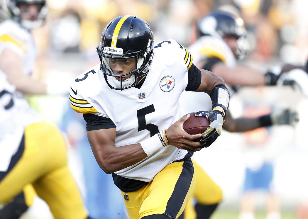 El mariscal de campo de los Pittsburgh Steelers, Joshua Dobbs (5) corre contra los Raiders de Oakland durante la segunda mitad de un partido de fútbol de la NFL en Oakland, California, el domingo ...