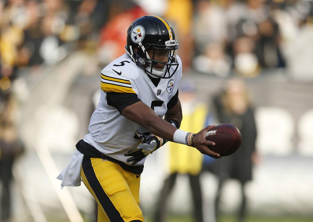 El mariscal de campo de los Pittsburgh Steelers, Joshua Dobbs (5), contra los Raiders de Oakland durante la segunda mitad de un partido de fútbol de la NFL en Oakland, California, el domingo 9 de ...