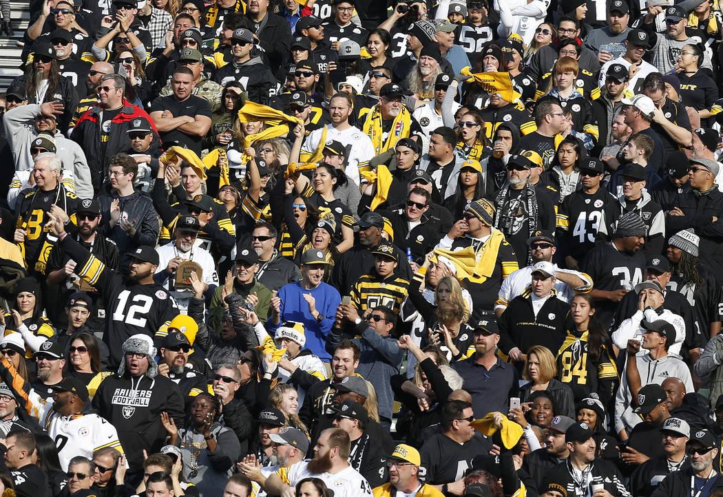 Fans aplauden durante la primera mitad de un partido de fútbol de la NFL entre los Oakland Raiders y los Pittsburgh Steelers en Oakland, California, el domingo 9 de diciembre de 2018. (Foto AP / ...