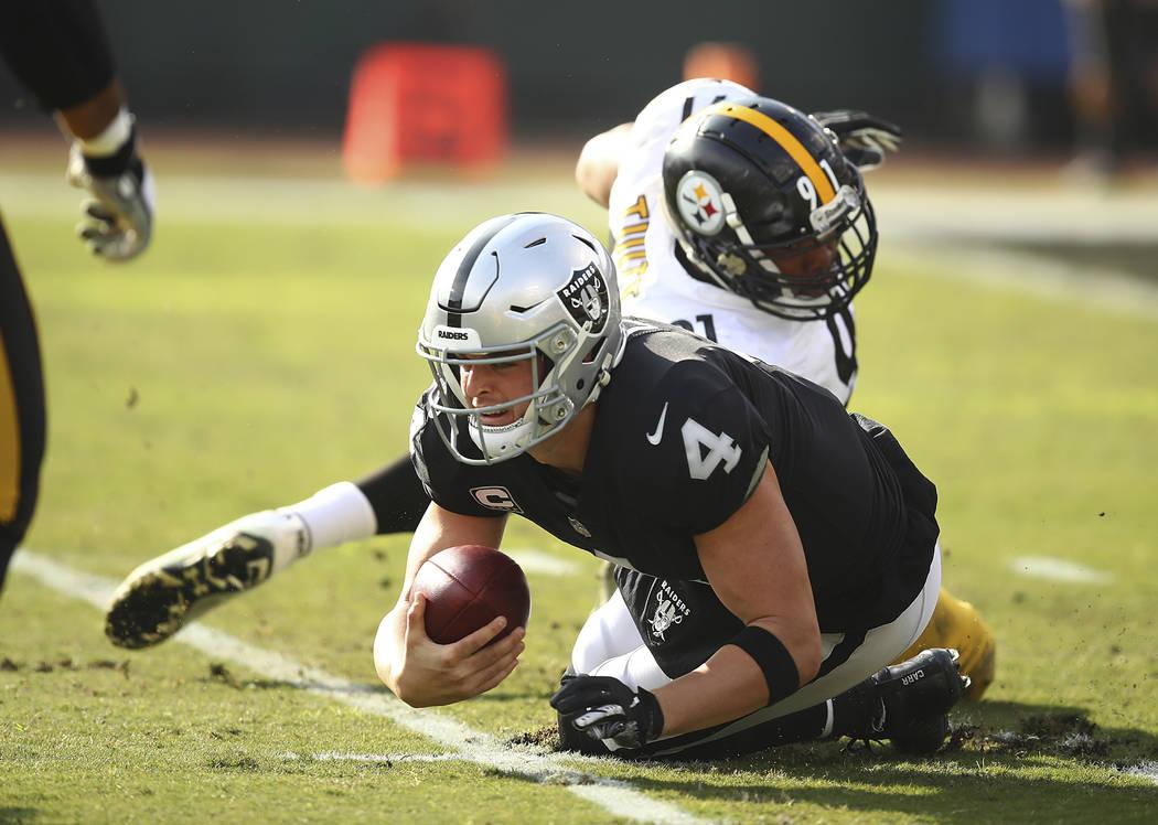 El mariscal de campo de los Oakland Raiders, Derek Carr (4), es saqueado por el alero defensivo de los Pittsburgh Steelers, Stephon Tuitt, en la parte trasera, durante la primera mitad de un parti ...
