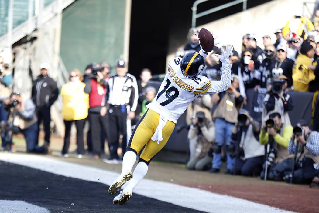 El receptor abierto de los Pittsburgh Steelers, JuJu Smith-Schuster (19) atrapa un pase de touchdown durante la primera mitad de un partido de fútbol de la NFL contra los Raiders de Oakland en Oa ...