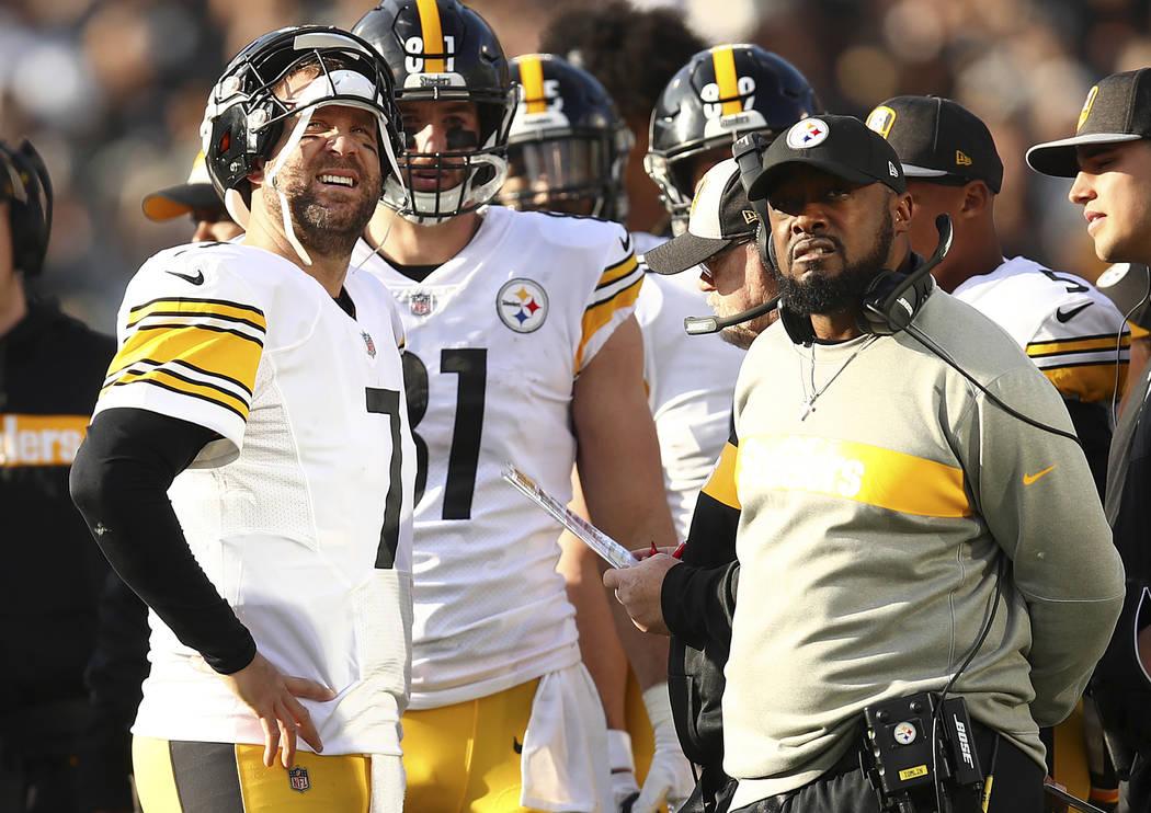 El mariscal de campo de los Pittsburgh Steelers, Ben Roethlisberger, a la izquierda, habla con el entrenador en jefe, Mike Tomlin, durante la primera mitad de un partido de fútbol de la NFL contr ...