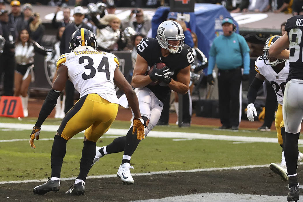 El ala cerrada de los Oakland Raiders, Derek Carrier (85), anota ante los Pittsburgh Steelers durante la segunda mitad de un partido de fútbol de la NFL en Oakland, California, el domingo 9 de di ...